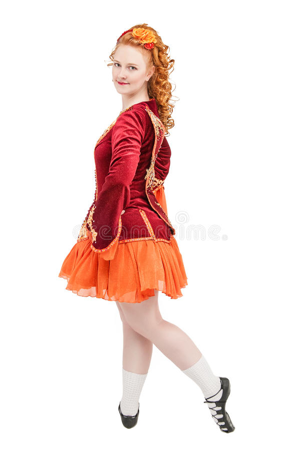 Piękna kobieta w czerwieni sukni dla Irlandzkiego tana odizolowywającego obraz royalty free
