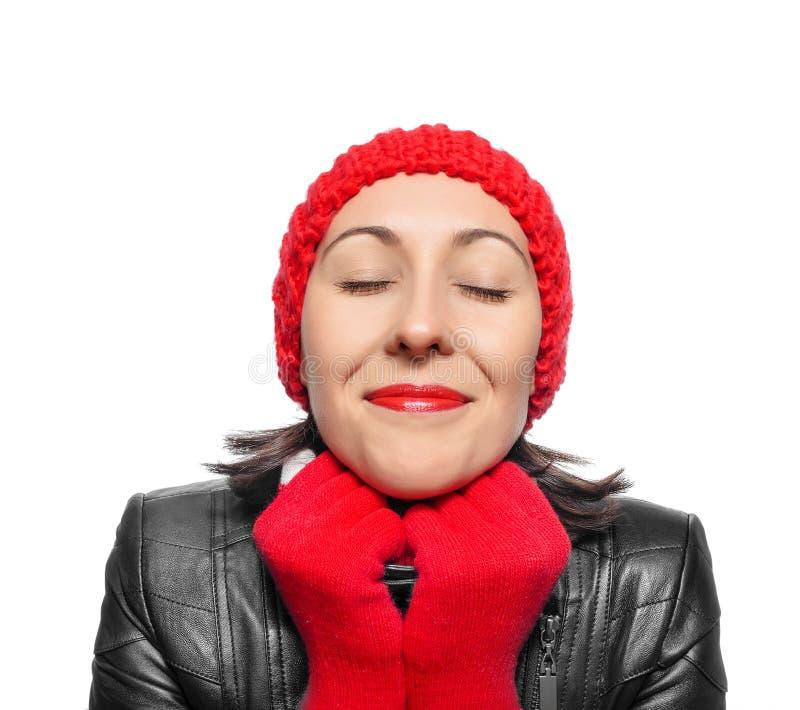 Piękna kobieta w czerwonym kapeluszu, szaliku i mitynkach, zdjęcie royalty free