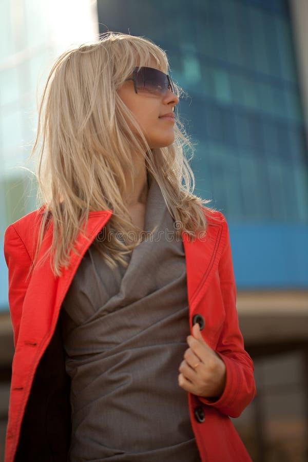 Piękna kobieta w czerwonym kurtki odprowadzeniu w mieście zdjęcia stock