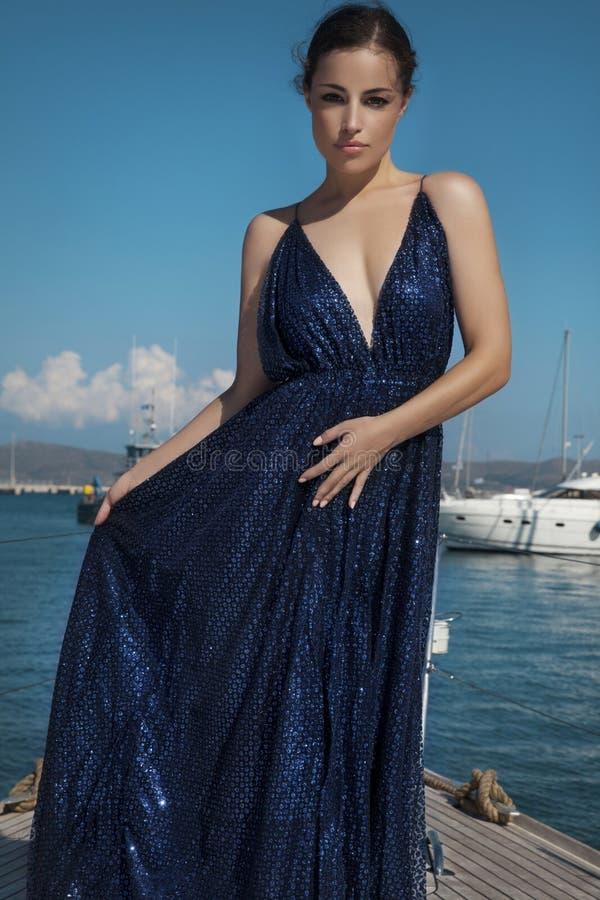 Piękna kobieta w długiej błyskotliwości sukni obrazy royalty free
