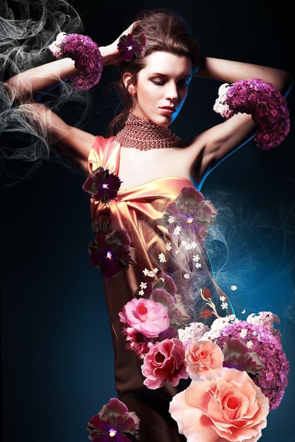 Piękna kobieta w długiej kwiat sukni obrazy royalty free