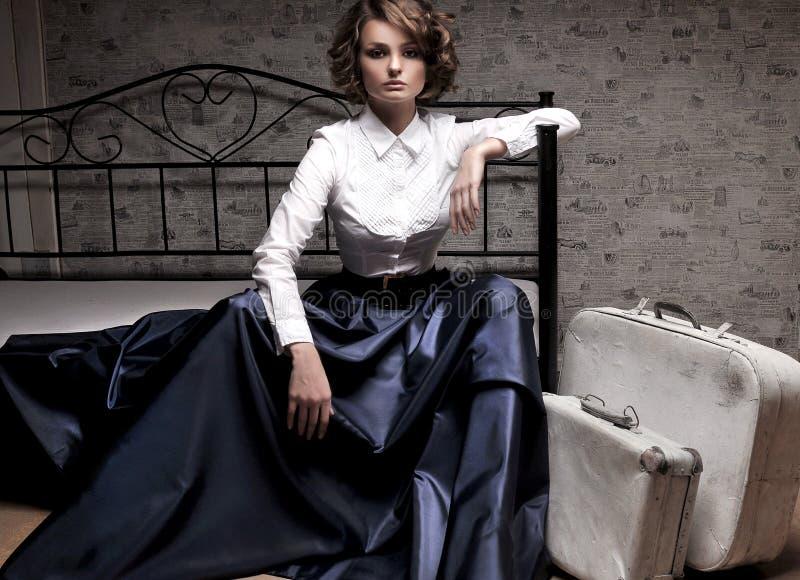 Piękna kobieta w długiej spódnicie i białej bluzce fotografia stock