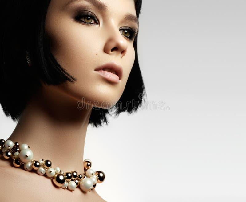 Piękna kobieta w drogim breloczka zakończeniu Piękny ty obrazy stock