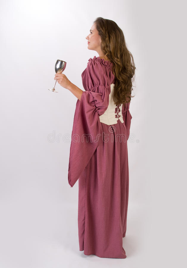Piękna kobieta w dziejowej sukni z chalice zdjęcia stock