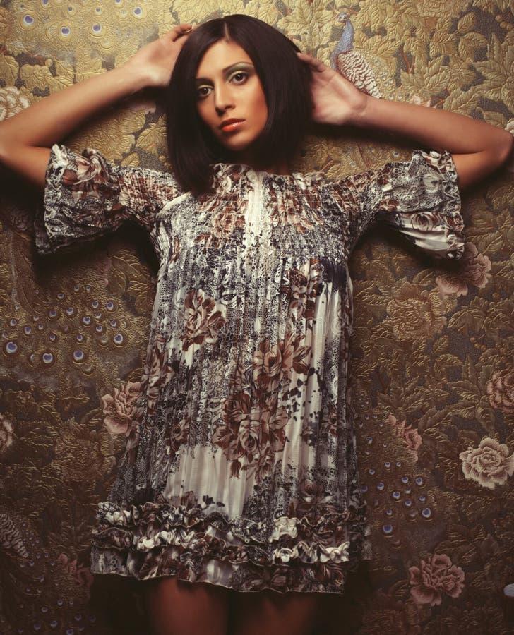 Piękna kobieta w eleganckiej sukni, studio strzał fotografia stock