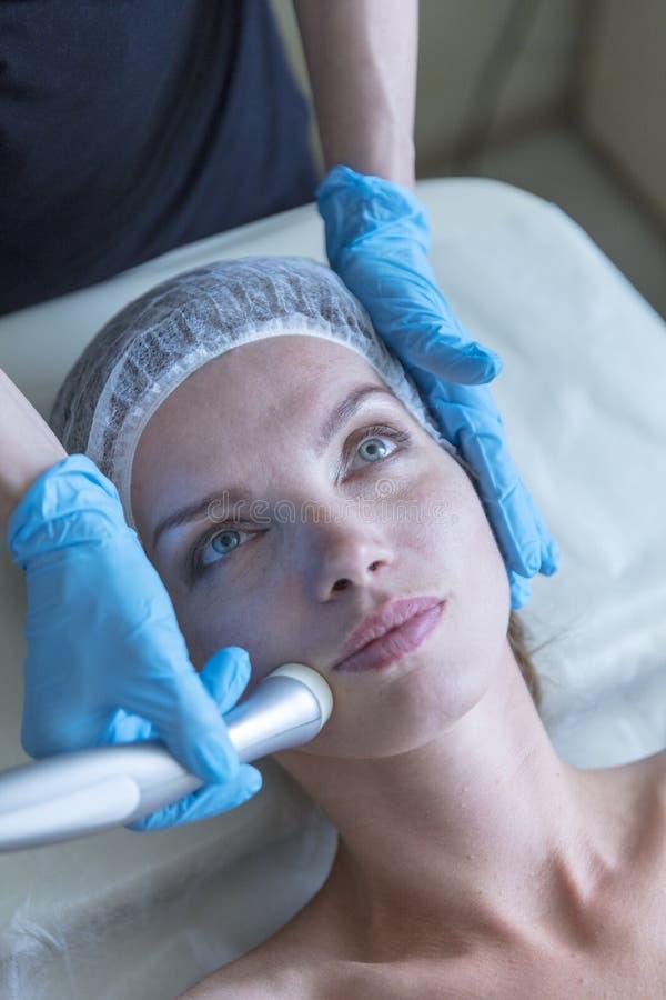 Piękna kobieta w fachowym piękno salonie podczas fotografii odmładzania procedury obraz royalty free