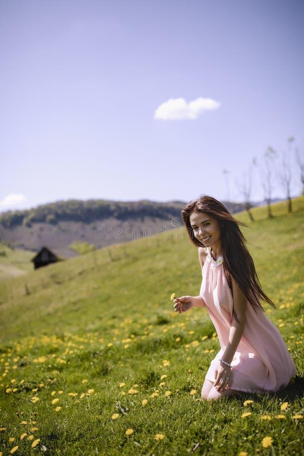 Piękna kobieta w jej sukni cieszy się haliznę halny kwiat obrazy stock