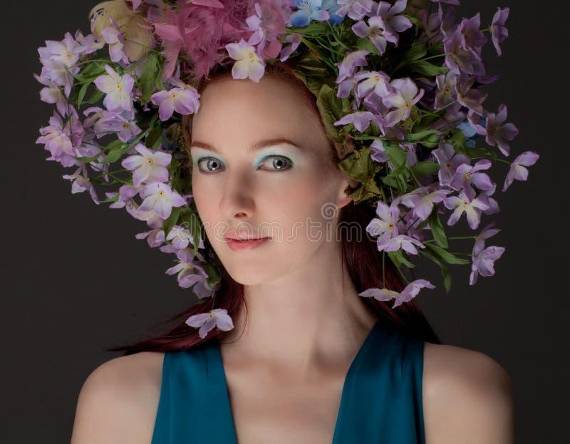 Piękna kobieta w kwiatu Headpiece obraz stock