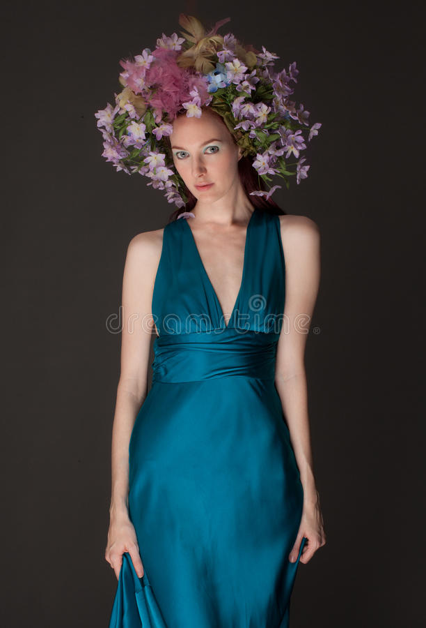 Piękna kobieta w kwiatu Headpiece zdjęcie royalty free