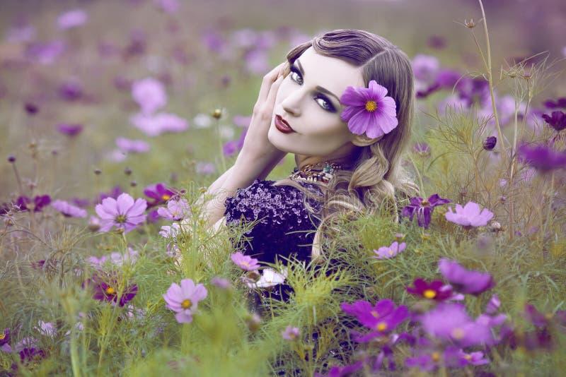 Piękna kobieta w kwiatu polu zdjęcia stock