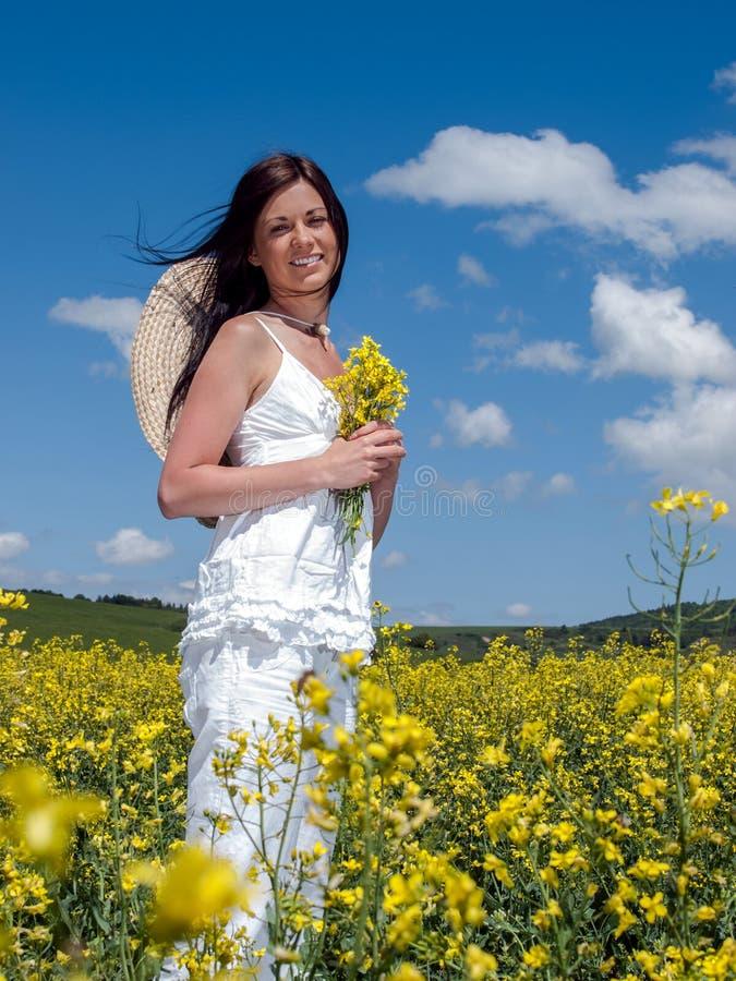Download Piękna Kobieta W Kwitnienie Gwałcie Obraz Stock - Obraz złożonej z niebo, ląg: 28955751
