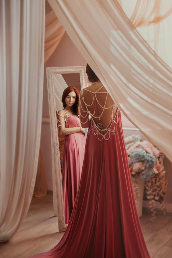 Piękna kobieta w luksusowej menchii sukni obraz stock