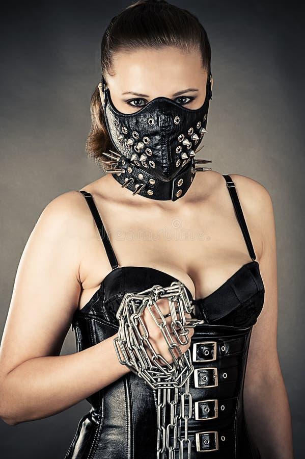 Piękna kobieta w masce z łańcuchem fotografia stock