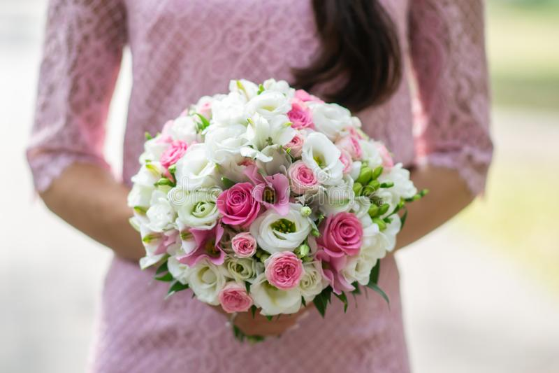 Piękna kobieta w menchiach ubiera trzymający ślubnego bukiet kwiaty, lato czas, miłość, walentynka dzień zdjęcia stock