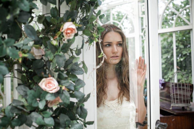 Piękna kobieta w okwitnięcie ogródzie obraz royalty free