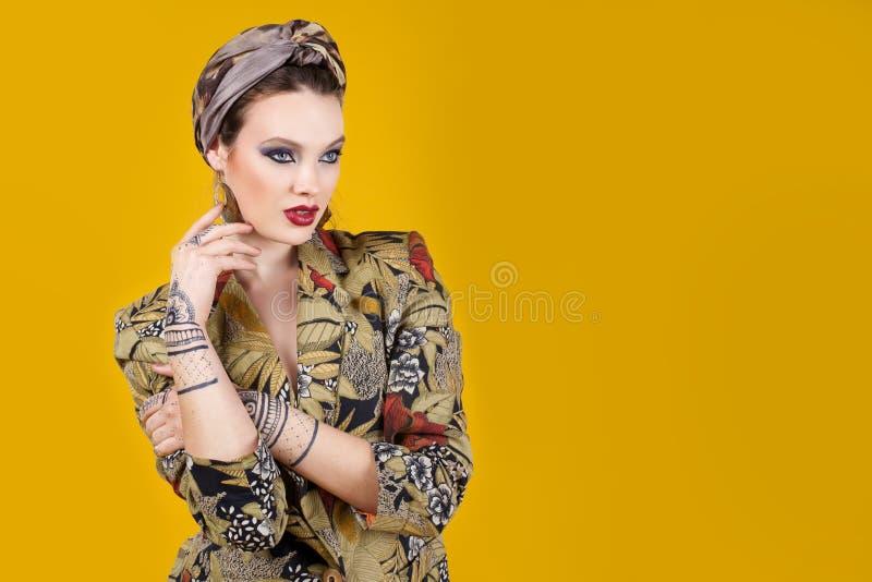 Piękna kobieta w orientalnym stylu z mehendy fotografia stock