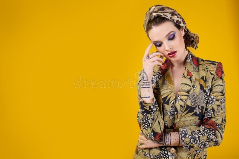 Piękna kobieta w orientalnym stylu z mehendy obraz royalty free