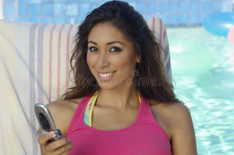 Piękna kobieta w podkoszulka bez rękawów areszt przy sądzie telefonie zdjęcia stock