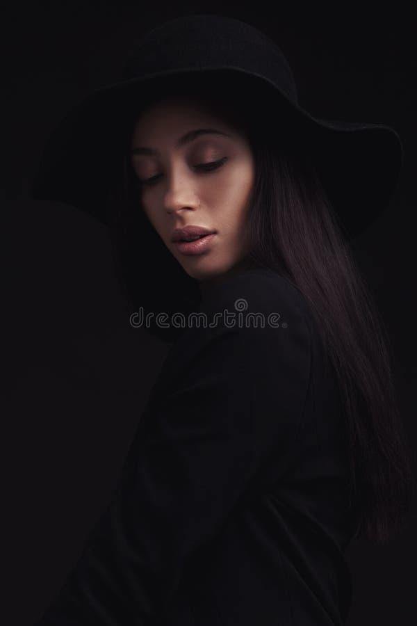 Piękna kobieta w retro kapeluszu zdjęcie stock