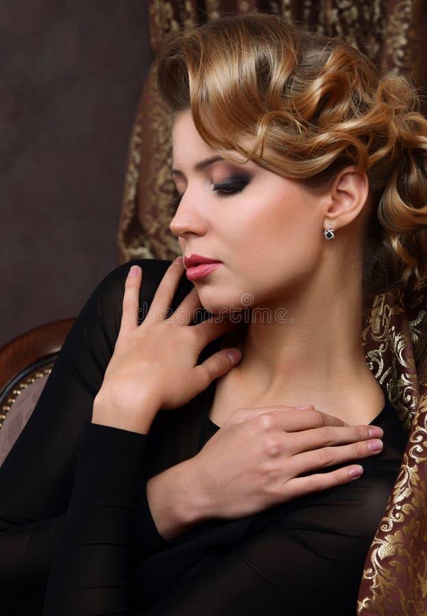 Piękna kobieta w retro stylu zdjęcia stock