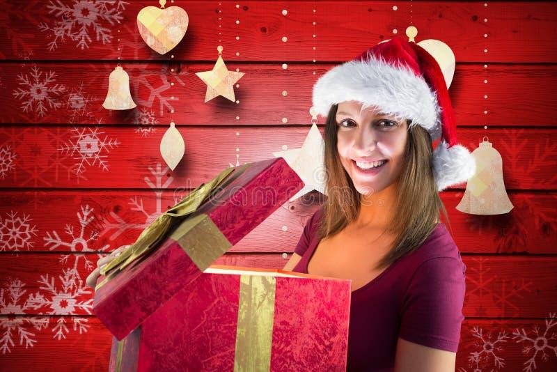 Piękna kobieta w Santa kapeluszu otwiera prezenta pudełko fotografia stock