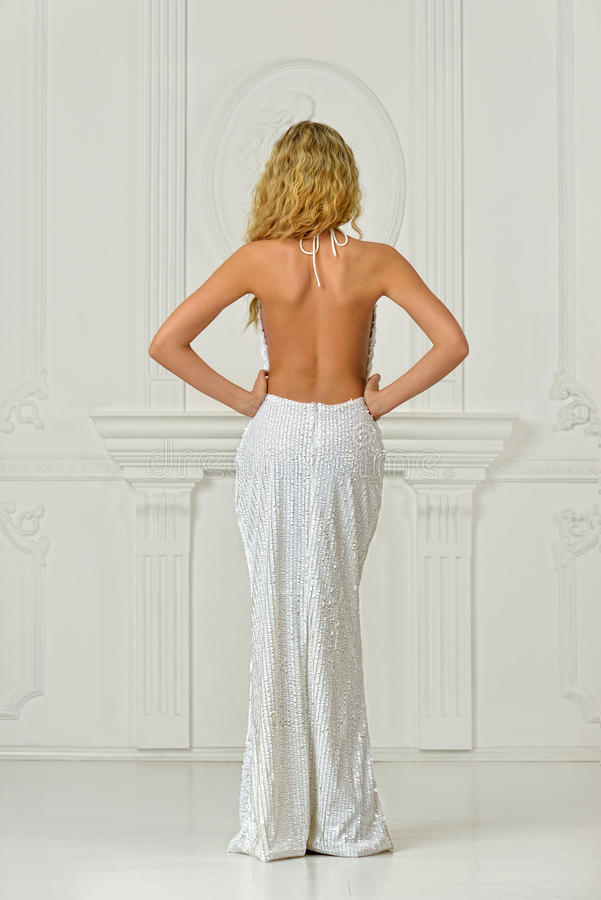 Piękna kobieta w seksownej długiej sukni z nagim plecy. obrazy royalty free