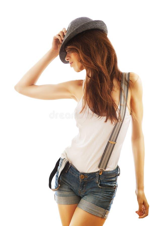 Piękna kobieta w skrótach i kapeluszu z suspenders obraz stock