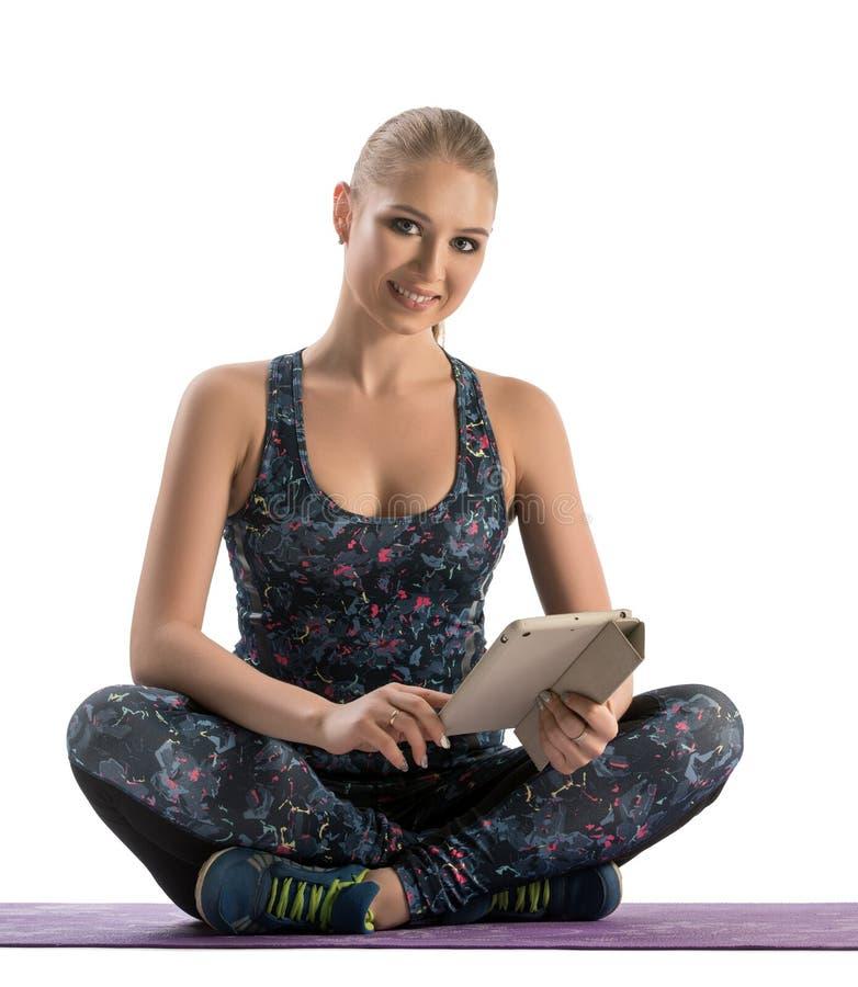 Piękna kobieta w sportswear z laptopem obraz royalty free