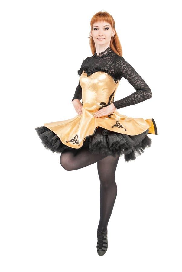 Piękna kobieta w sukni dla Irlandzkiego tana doskakiwania odizolowywającego zdjęcie royalty free