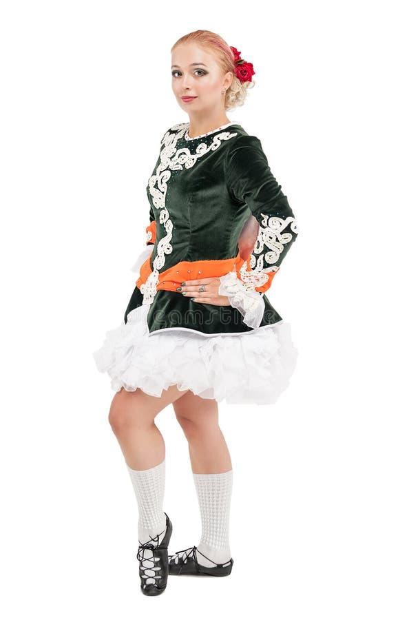 Piękna kobieta w sukni dla Irlandzkiego tana odizolowywającego obrazy stock