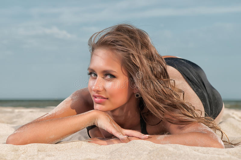 Piękna kobieta w swimsuit na plaży fotografia royalty free