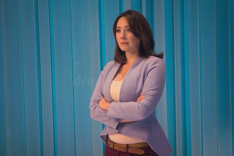 Piękna kobieta w telewizyjnym studiu zdjęcie stock