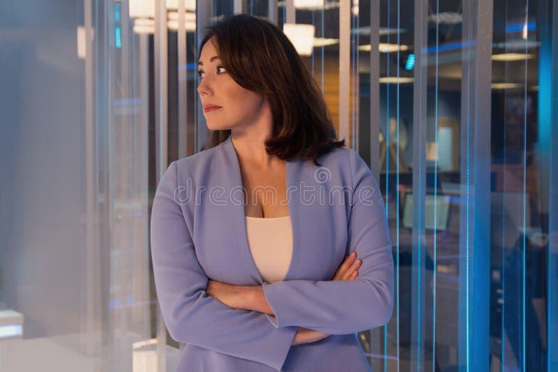 Piękna kobieta w telewizyjnym studiu fotografia royalty free