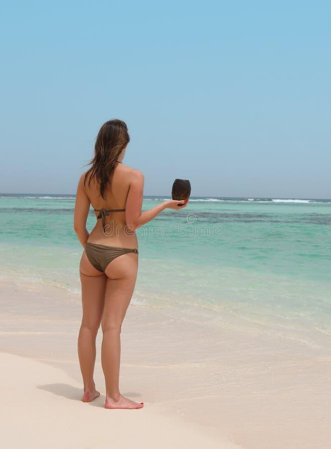 Piękna kobieta w tropikalnej plaży zdjęcia stock