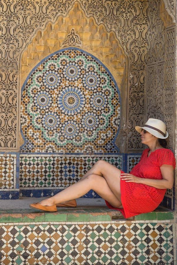 Piękna kobieta w ulicach Tangier Maroko zdjęcia stock