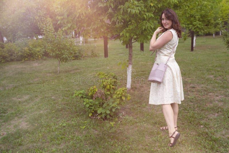 Piękna kobieta w zielonym ogródzie obrazy royalty free