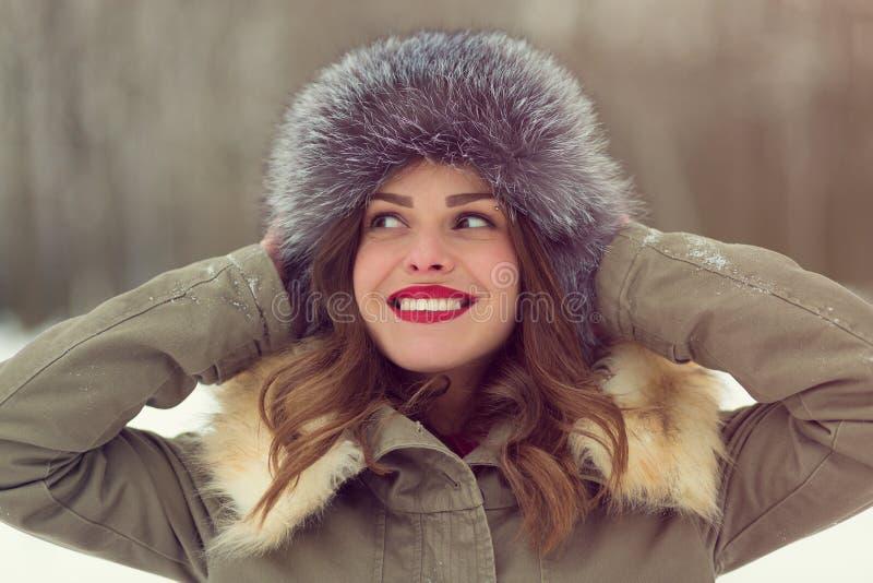 Piękna kobieta w zima żakiecie i futerkowym kapeluszu obraz stock