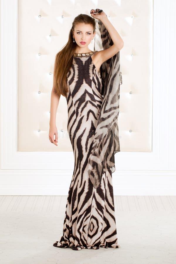 Piękna kobieta w zwierzęcym druku tęsk suknia fotografia stock