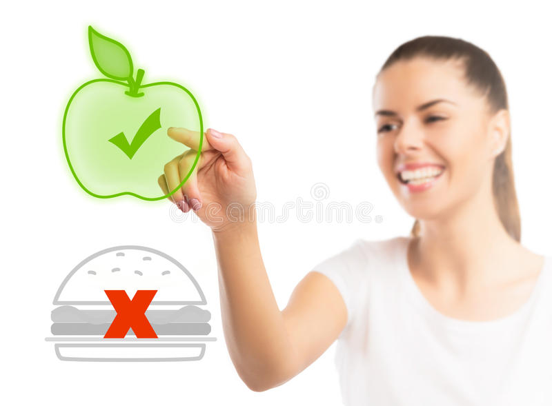 Piękna kobieta wybiera między zdrowym i niezdrowym jedzeniem zdjęcia stock