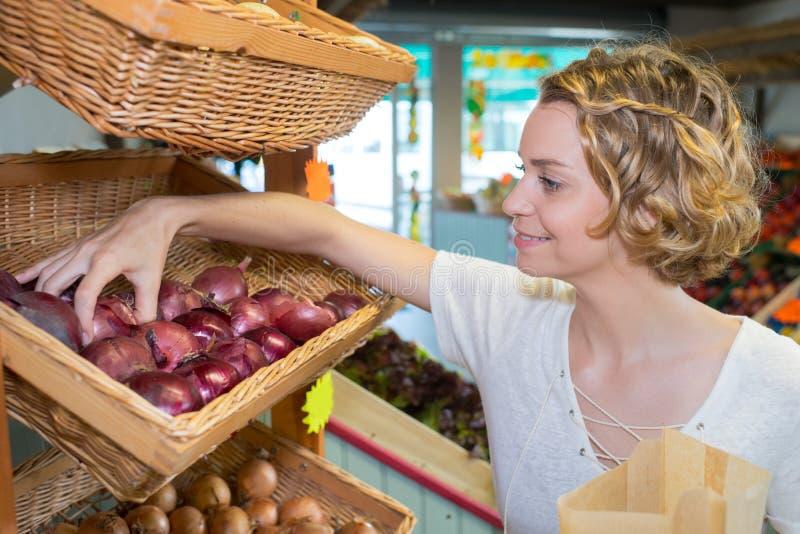 Piękna kobieta wybiera owoc w supermarkecie obraz royalty free