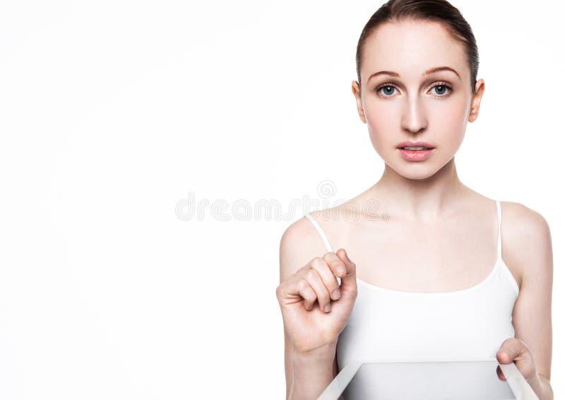 Piękna kobieta wyszukuje internet na pastylce obrazy royalty free