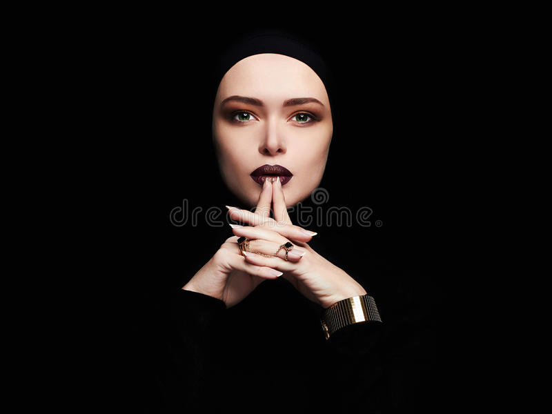 Piękna kobieta, złocista biżuteria twarz jak maska zdjęcia stock