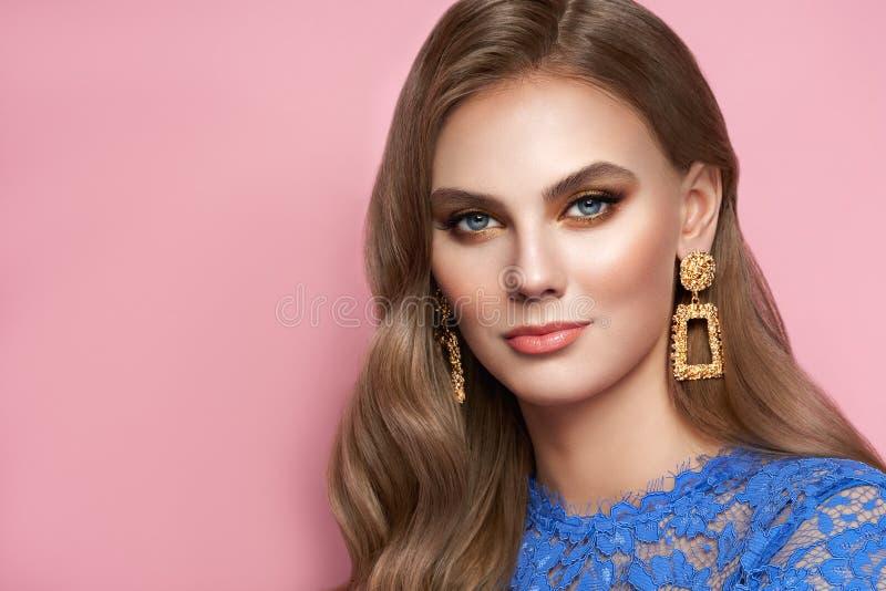 Piękna kobieta z biżuterią fotografia royalty free