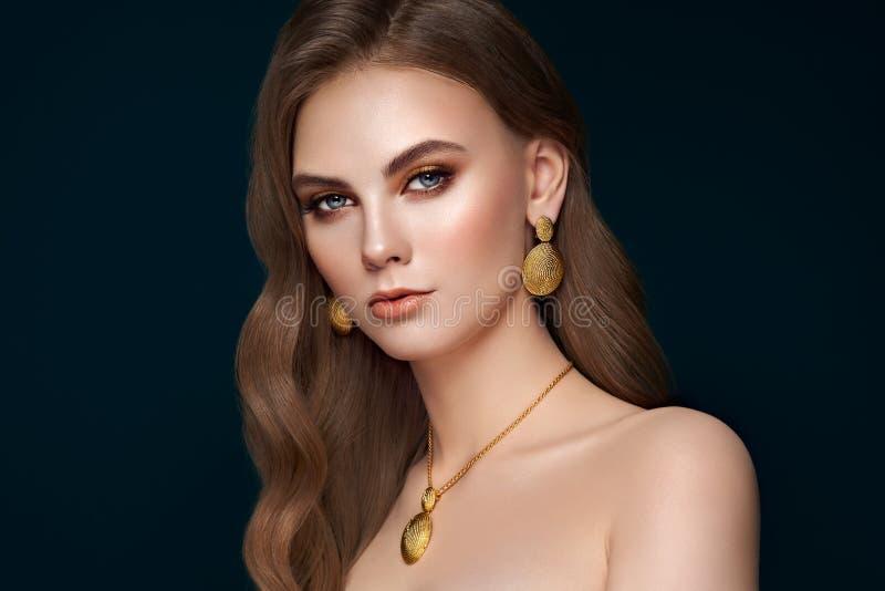 Piękna kobieta z biżuterią fotografia stock