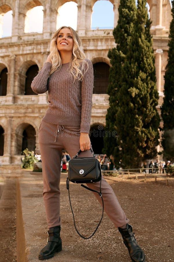 Piękna kobieta z blondynem w przypadkowy wygodnym odziewa pozować blisko Colosseum w Rzym obraz stock