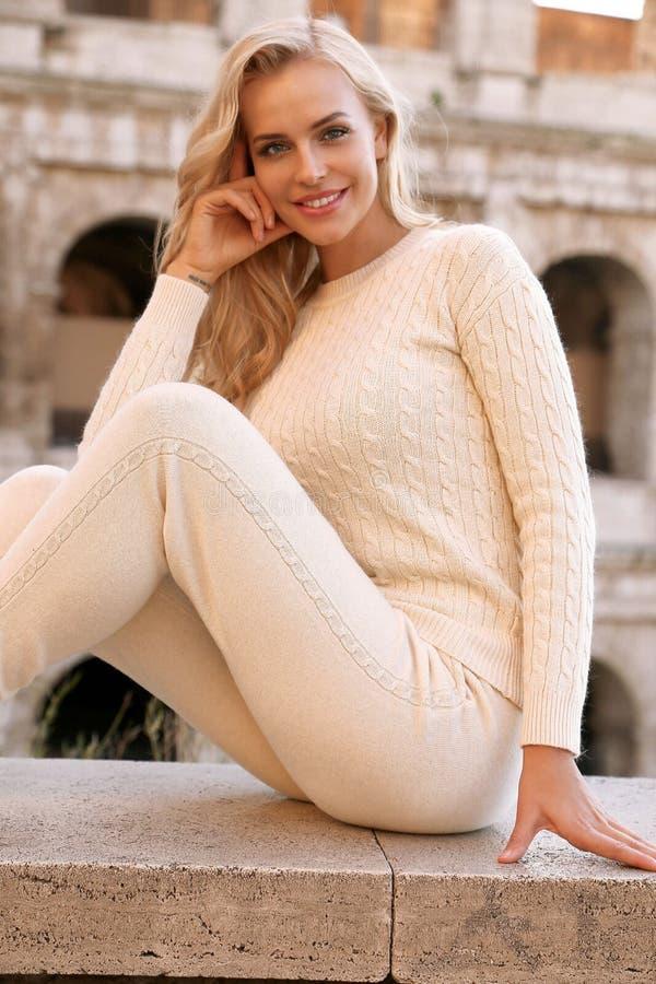PiÄ™kna kobieta z blondynem w przypadkowy wygodnym odziewa pozować blisko Colosseum w Rzym zdjęcie royalty free