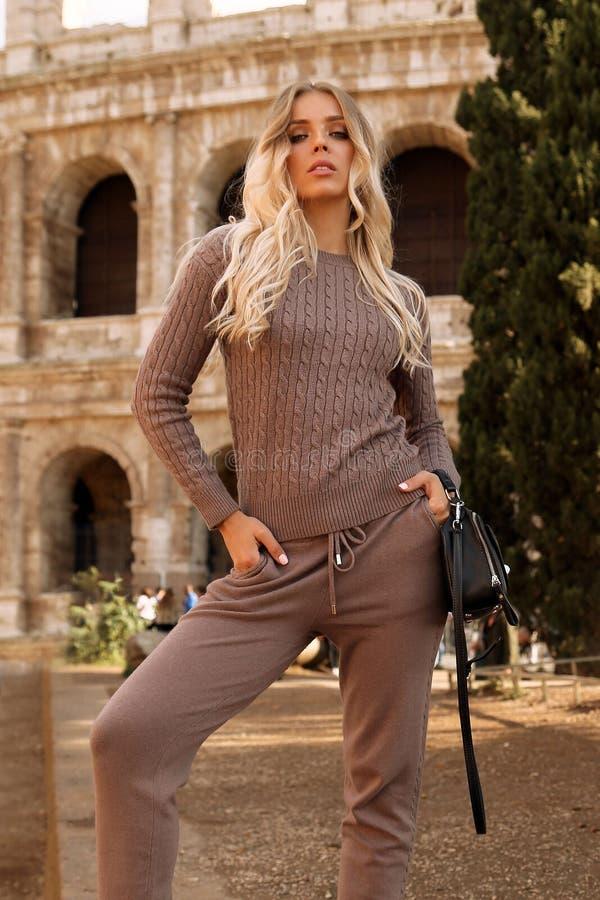 Piękna kobieta z blondynem w przypadkowy wygodnym odziewa pozować blisko Colosseum w Rzym fotografia royalty free
