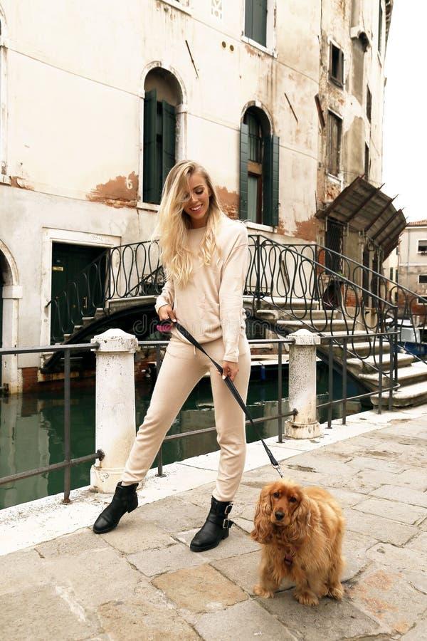 Piękna kobieta z blondynem w przypadkowym wygodnym odzieżowym odprowadzeniu Wenecja obraz royalty free