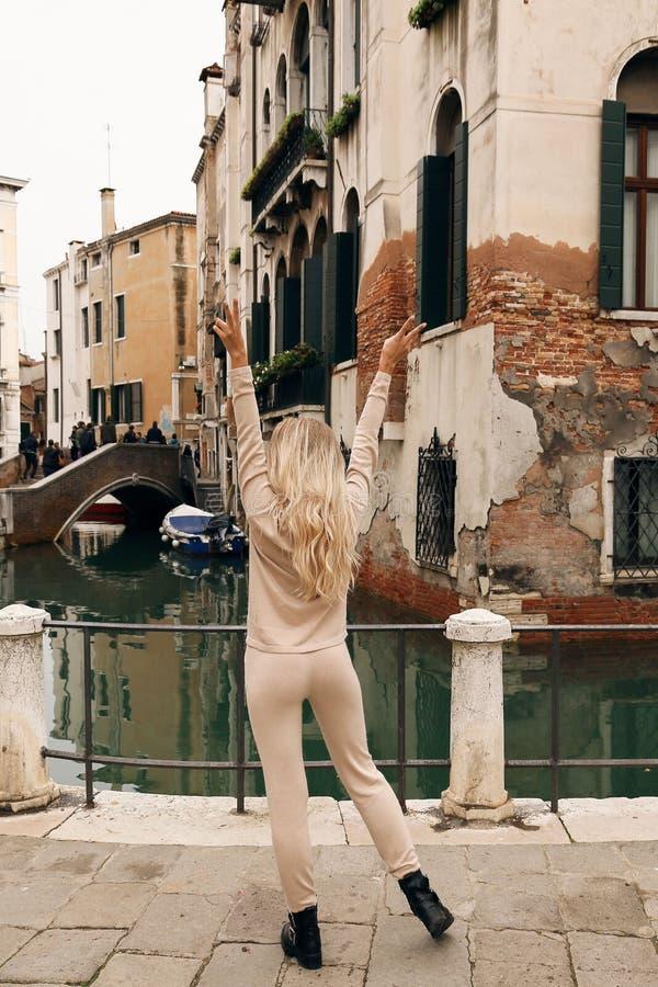 Piękna kobieta z blondynem w przypadkowym wygodnym odzieżowym odprowadzeniu Wenecja obrazy stock