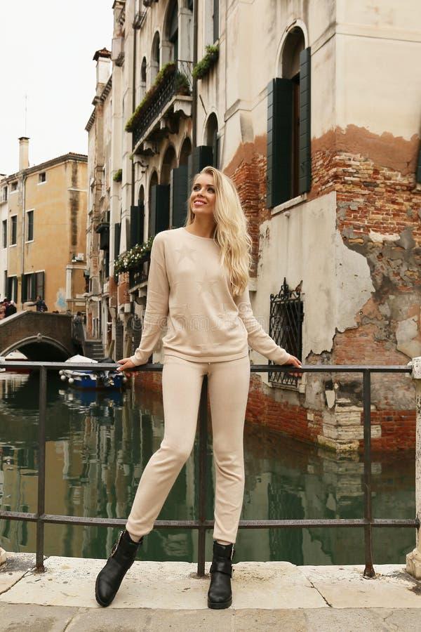 PiÄ™kna kobieta z blondynem w przypadkowym wygodnym odzieżowym odprowadzeniu Wenecja zdjęcie royalty free
